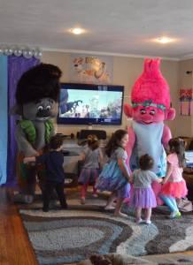 trolls-dancing